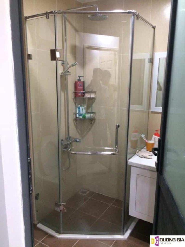 Có nên làm vách kính phòng tắm?