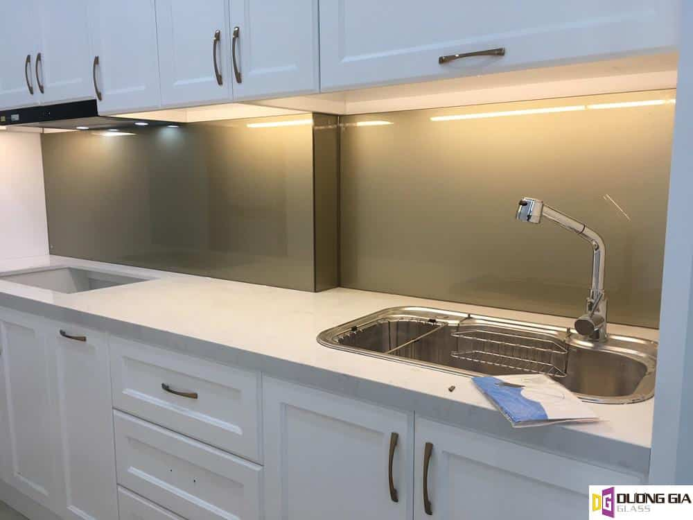 Kính ốp bếp màu ánh đồng mẫu 3