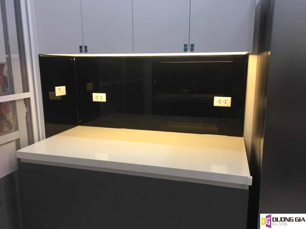 Kính ốp bếp màu đen mẫu 2