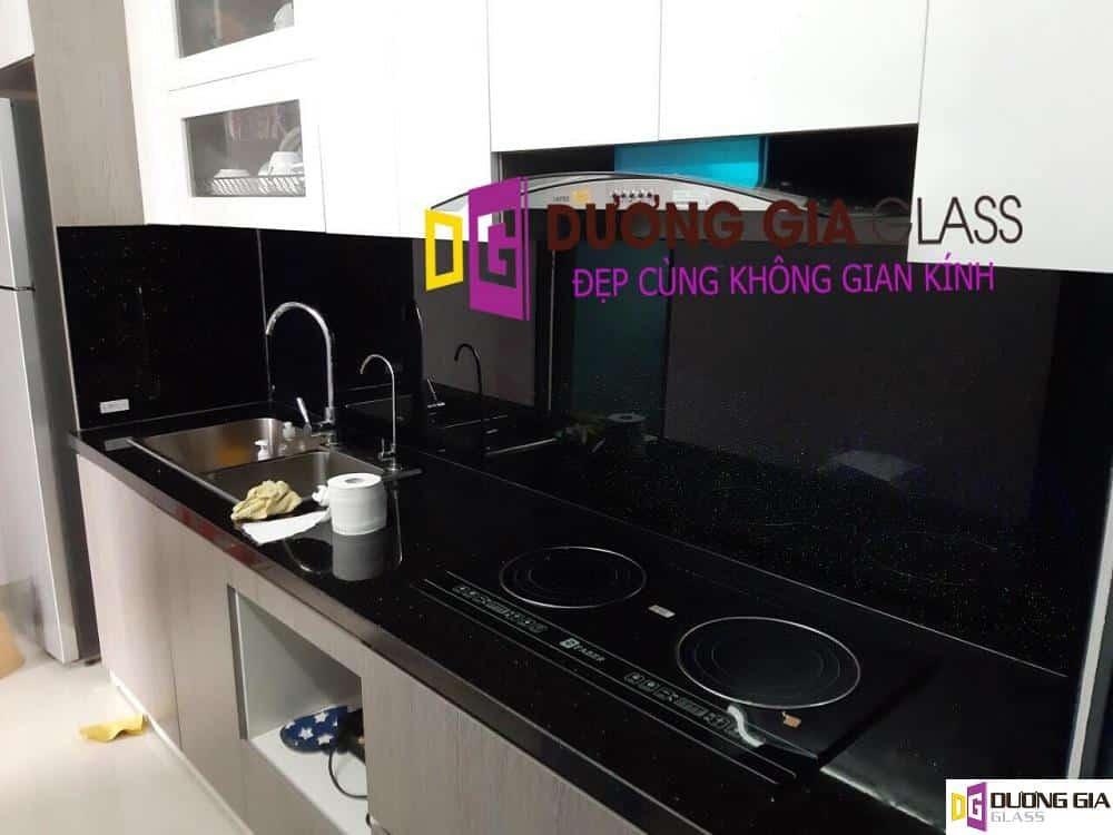 Kính ốp bếp màu đen kim sa mẫu 2