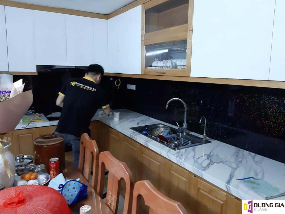 Kính ốp bếp màu đen kim sa mẫu 4