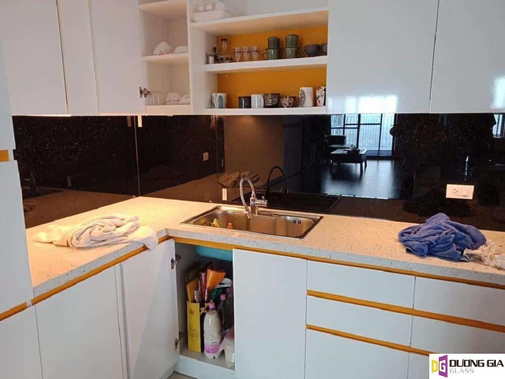 Kính ốp bếp màu đen kim sa mẫu 6