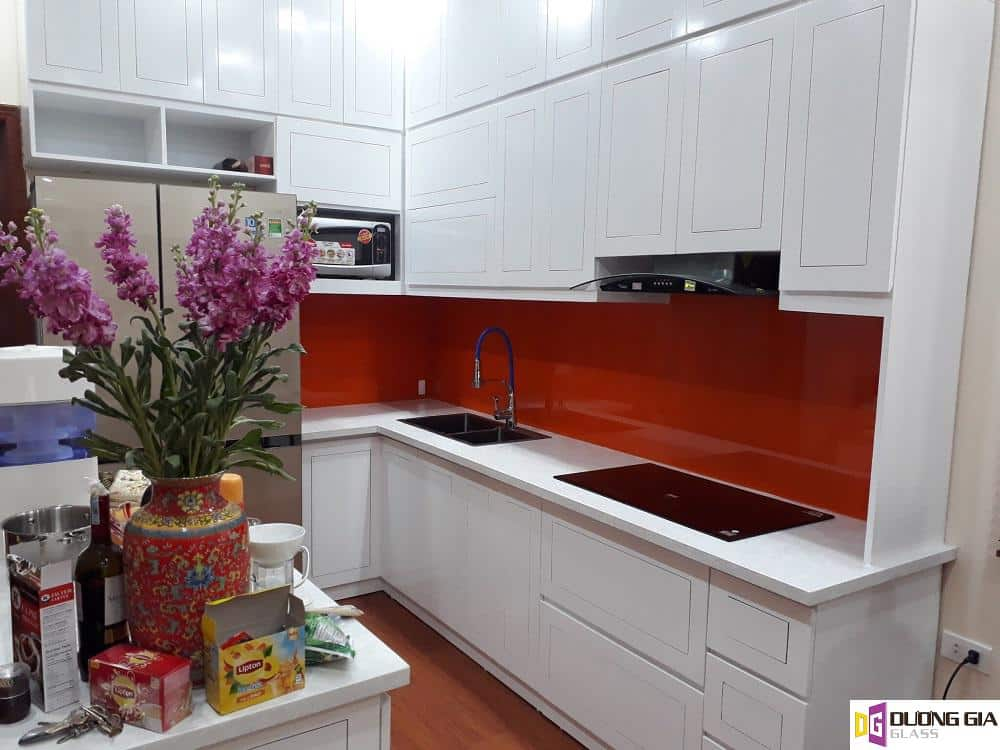 Kính ốp bếp màu đỏ mẫu 1