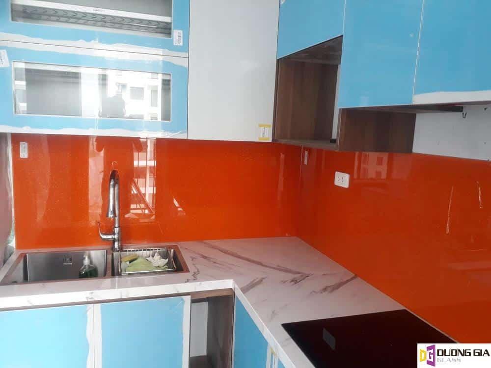 Kính ốp bếp màu đỏ cam mẫu 1