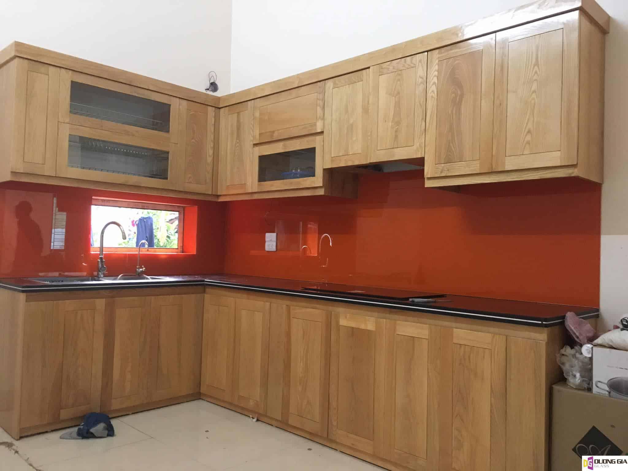 Kính ốp bếp màu đỏ cam mẫu 2