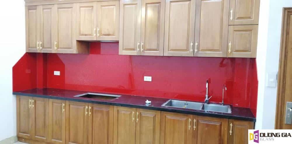 Kính ốp bếp màu đỏ kim sa mẫu 1