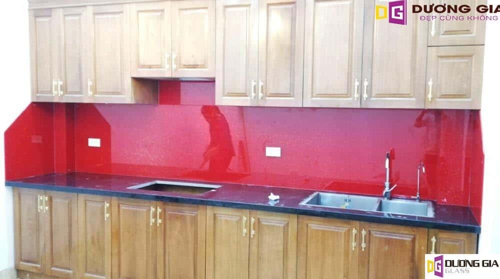 Kính ốp bếp màu đỏ kim sa mẫu 2