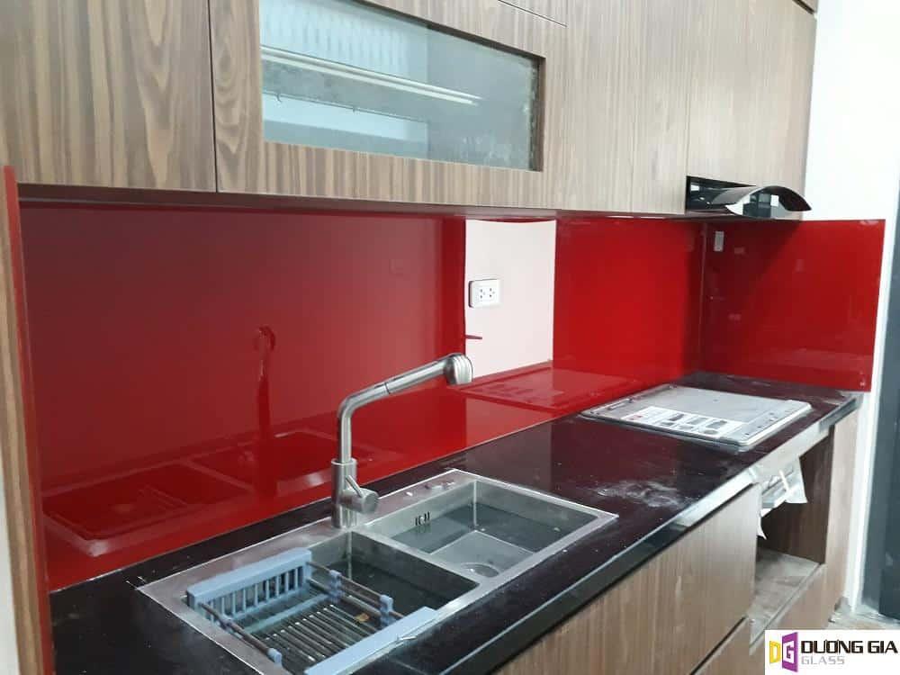 Kính ốp bếp màu đỏ tươi