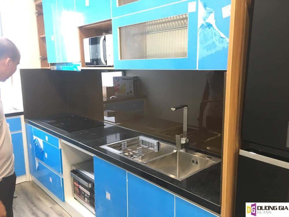 Kính ốp bếp màu nâu cafe mẫu 2