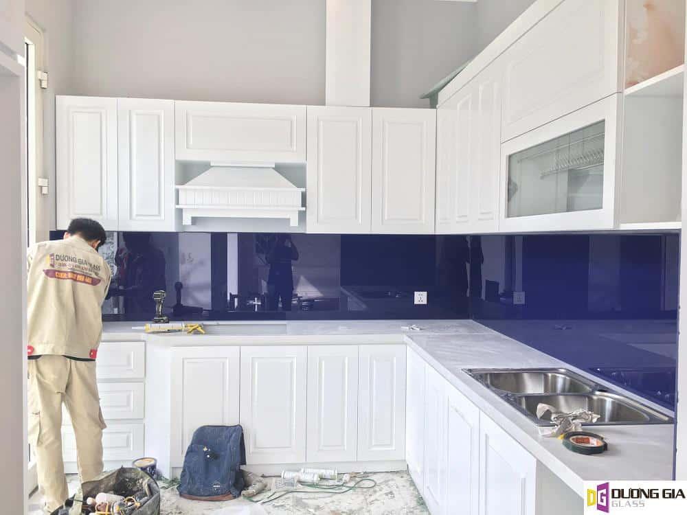 Kính ốp bếp màu tím khói mẫu 2
