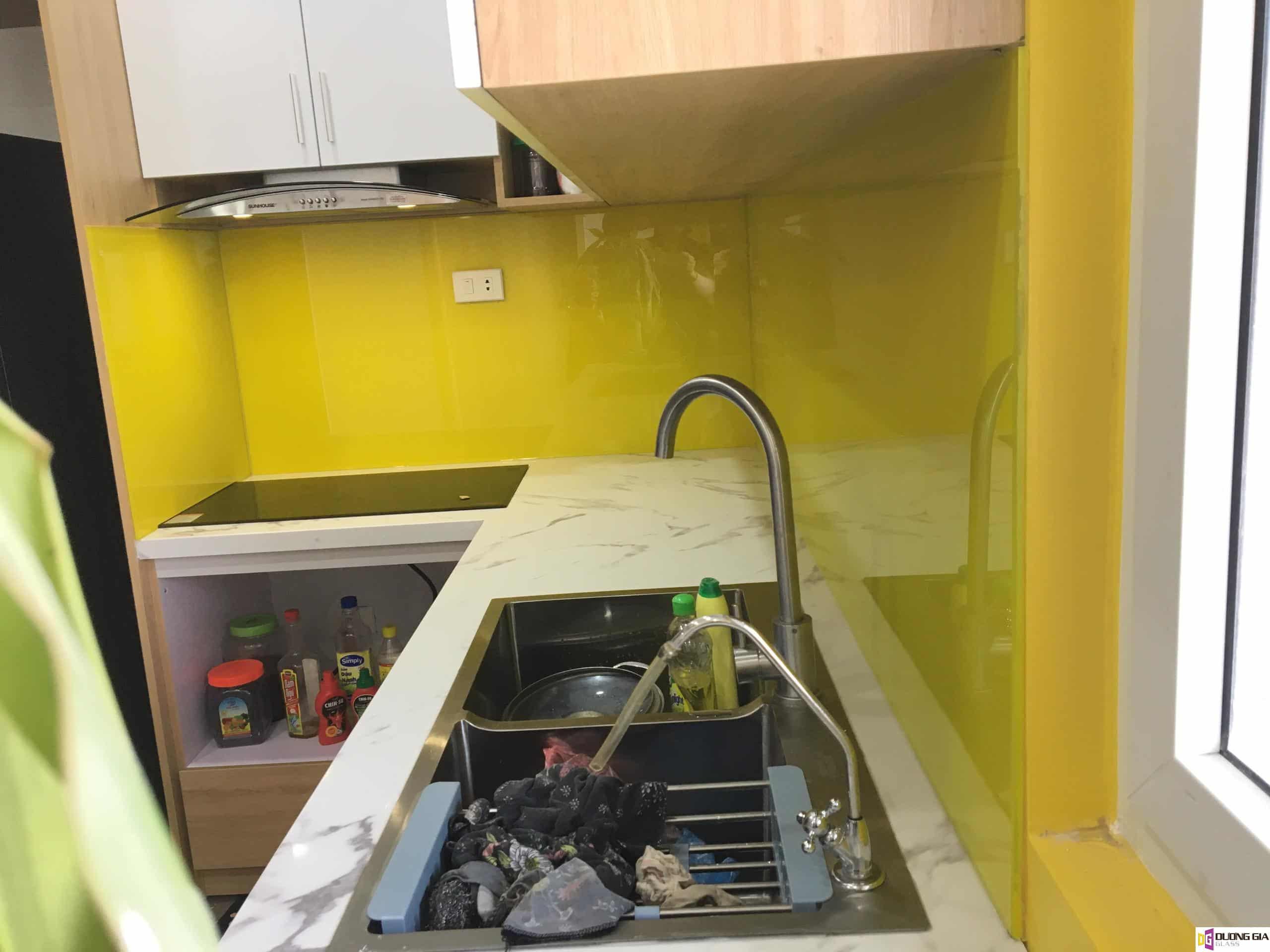 Kính ốp bếp màu vàng chanh mẫu 10
