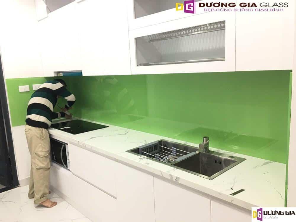 Kính ốp bếp màu xanh cốm