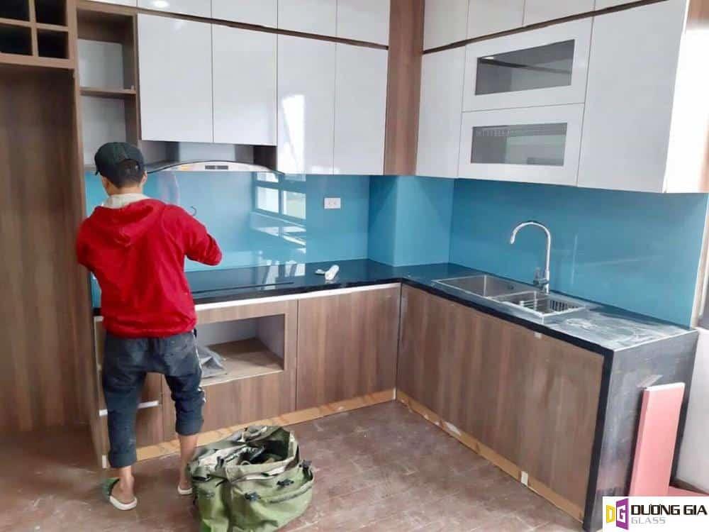 Kính ốp bếp màu xanh da trời