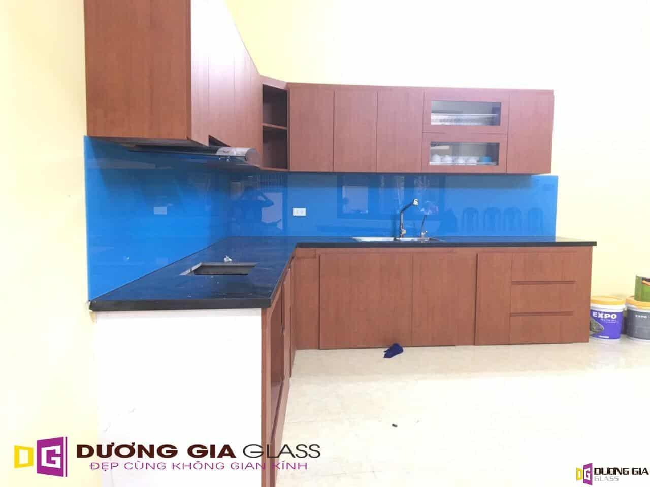 Kính ốp bếp màu xanh dương mẫu 3