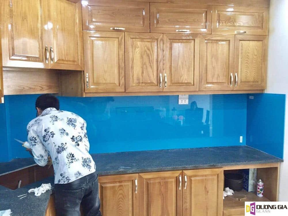 Kính ốp bếp màu xanh dương mẫu 5