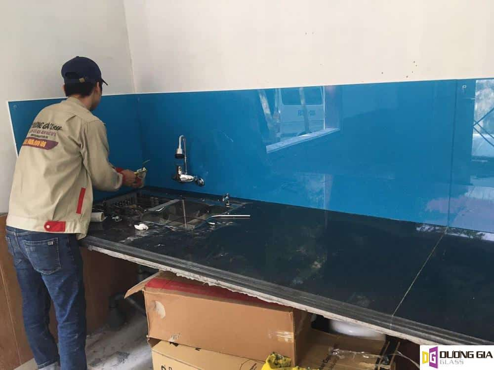 Kính ốp bếp màu xanh dương