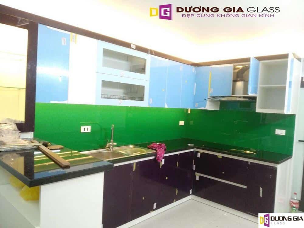 Kính ốp bếp màu xanh lá mẫu 2
