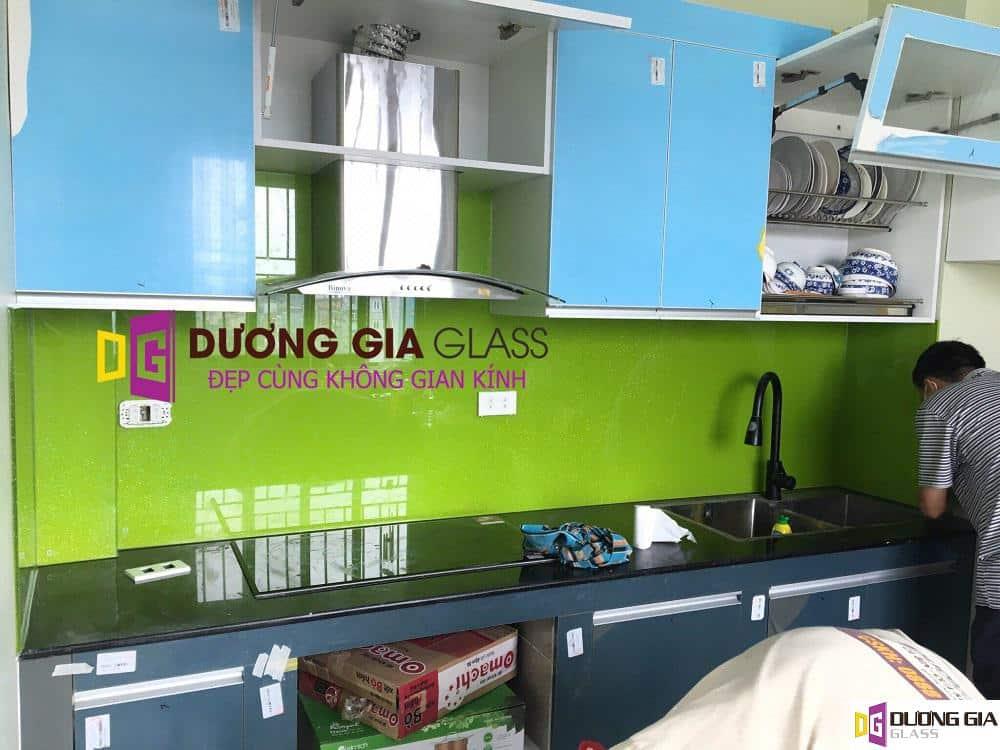 Kính ốp bếp màu xanh lá mạ mẫu 1