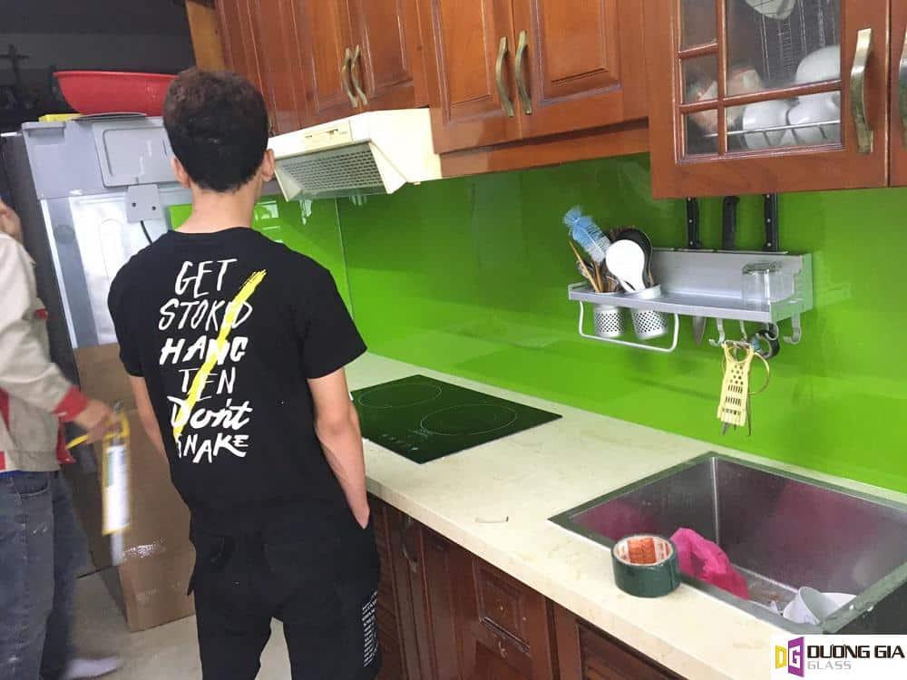 Kính ốp bếp màu xanh non mẫu 4
