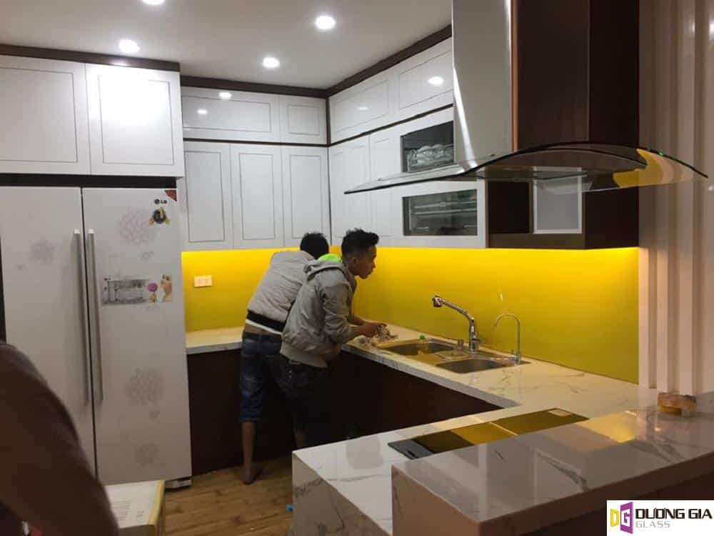 Thi công kính ốp bếp màu vàng chanh