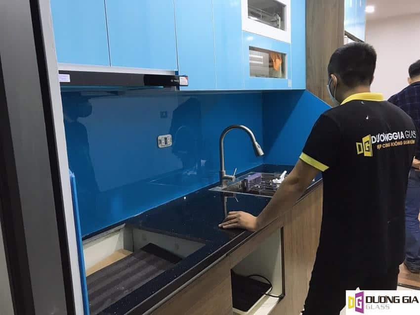 Lắp đặt kính ốp bếp màu xanh dương Lê Văn Lương mẫu 1