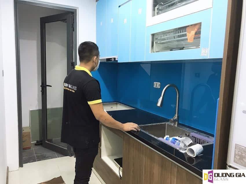 Lắp đặt kính ốp bếp màu xanh dương Lê Văn Lương