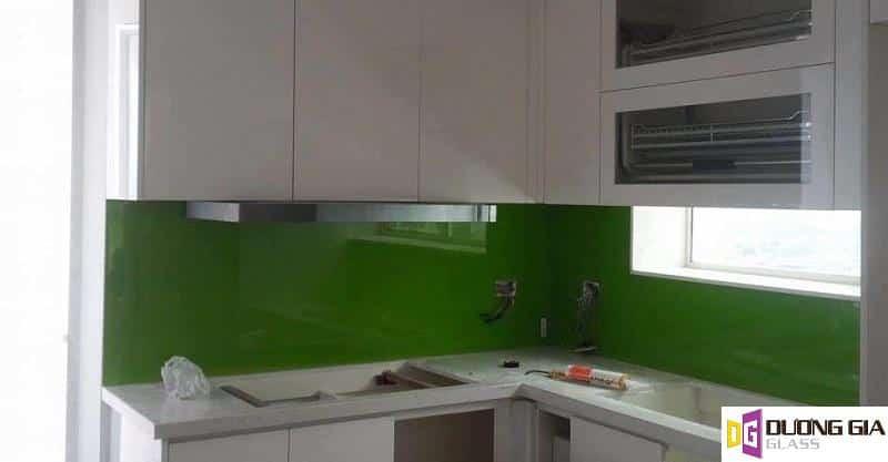 Kính ốp bếp màu xanh rêu