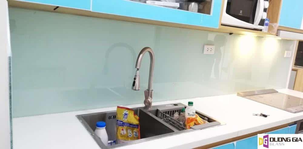 Kính ốp bếp màu xanh lơ mẫu 3